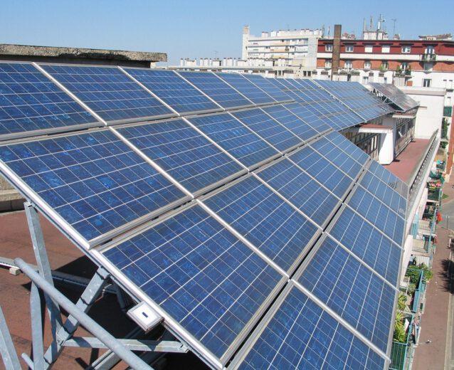 Panele fotowoltaiczne na dachu budynku.