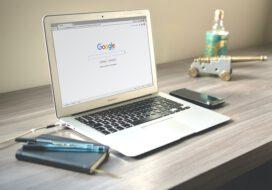 Gdynia. Szkolenia Google. Laptop na biurku z widoczną wyszukiwarką Google na ekranie.